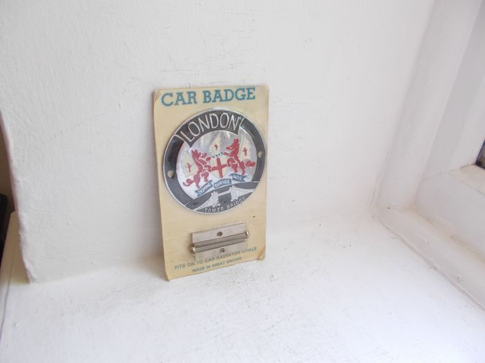 odznaka - Vintage London Tower Bridge chrome and enamel car grille badge with fixings still in original