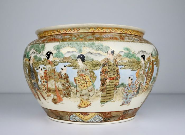 A very fine Satsuma jardiniere with figures in landscape scenes - Satsuma - Earthenware - With mark 'Hotoda zo' 保土田造 - Japan - Meiji period (1868-1912)