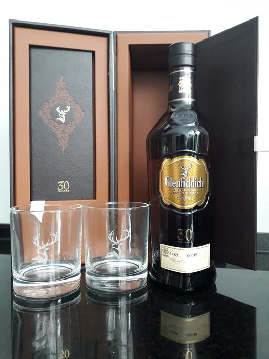 Glenfiddich 30 year in luxery box and 2 Glenfiddich Tumblers - 70cl