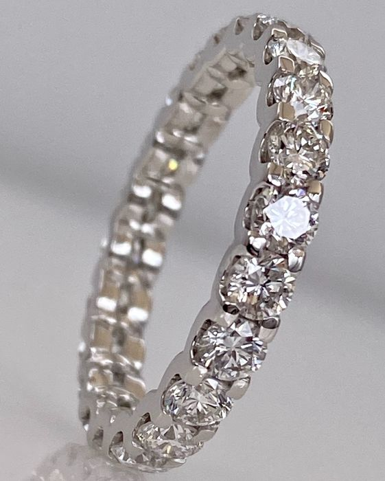 18 kt. White gold eternity / memoire ring with 2.22ct diamonds - Without reserve price!