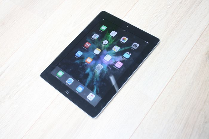 Apple iPad 2 (WiFi, 16GB) - model A1395 - with USB charge cable