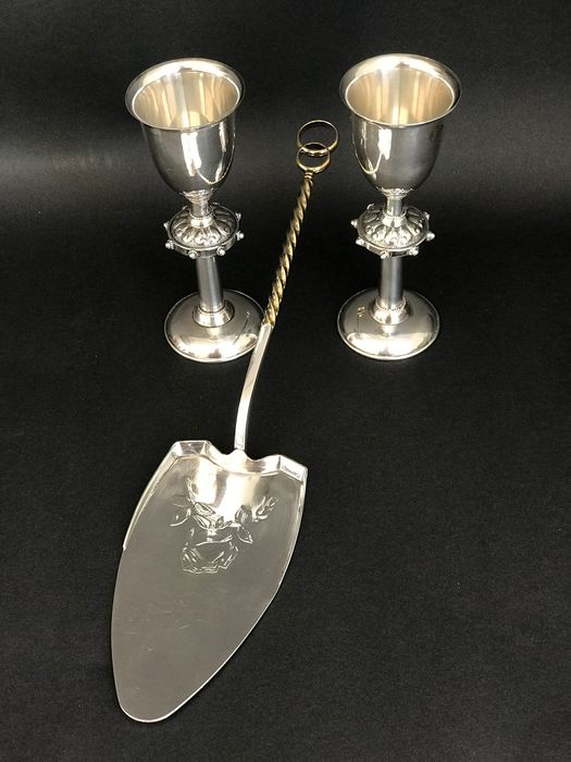 Cake server, Cup, Russian Silver Weeding Set Cake Server And Two Cups (3) - .875 (84 Zolotniki) silver, .916 (88 Zolotniki) silver - Russia - Mid 20th century