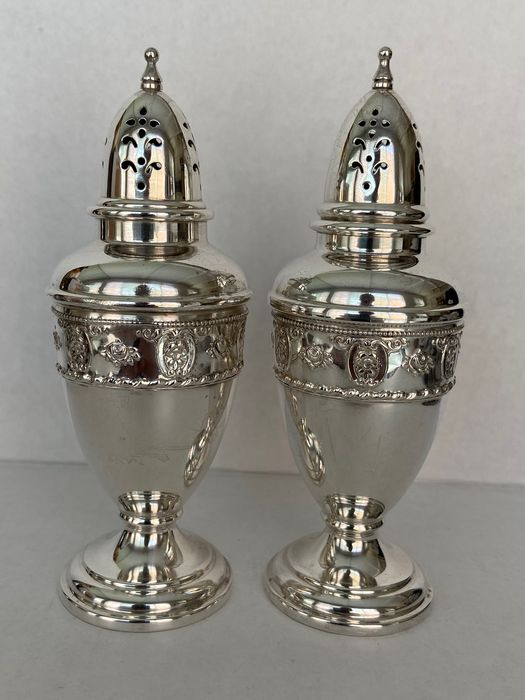Salt and pepper shakers, Vintage matching pair of American Wallace sterling silver salt & pepper shakers (2) - .925 silver - Wallace - U.S. - 1930-1950