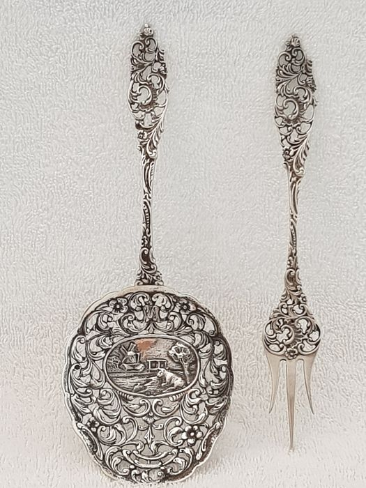 Two Old Dutch silver Items, i.e. an Ajour silver pastry scoop and an Ajour silver (2) - .833 silver - Netherlands - Year letter X = 1932