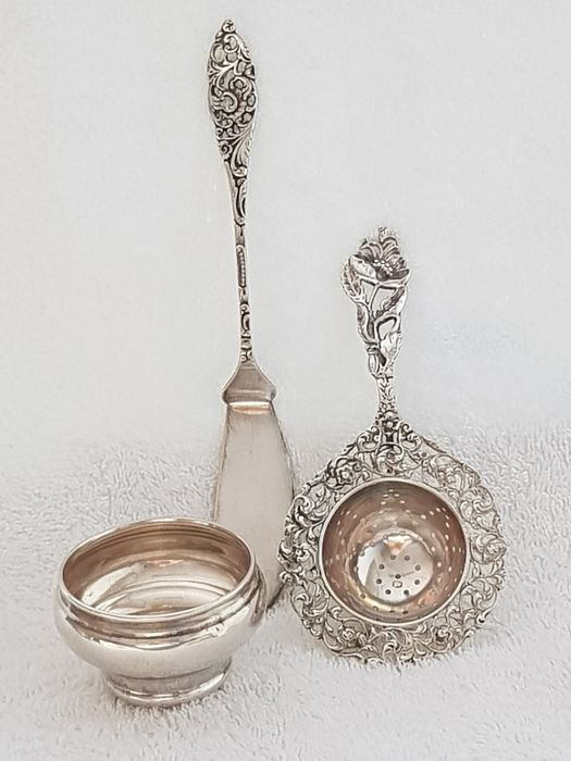 Silver Dutch Tea strainer with a silver Dutch Drip Tray. Added an Old Dutch silver (3) - .833 silver - Netherlands - including year letter G = 1941
