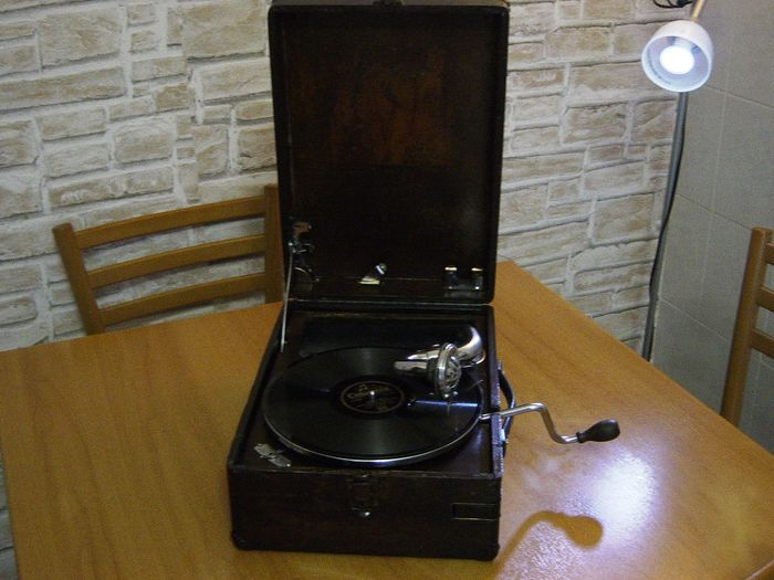 His Masters Voice -  MODEL 102 - 78 rpm Grammophone player