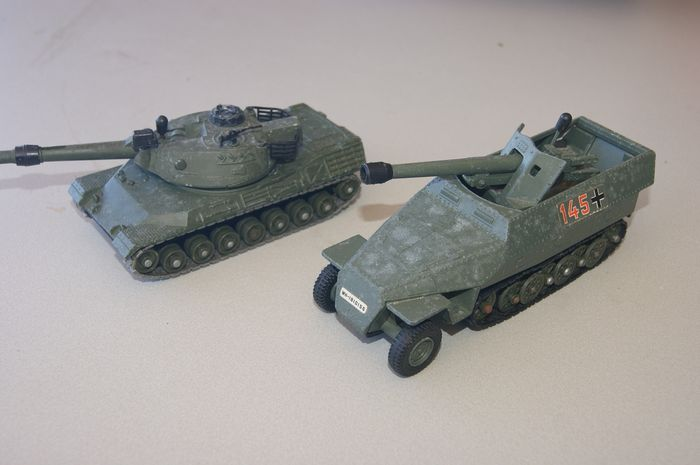 """Dinky Toys - 1:48 - First Issue German Army """"HANOMAG 7.5 Tank Destroyer"""" no.694 - 1974 - German Army """"LEOPARD Tank"""" no.692 - 1974"""