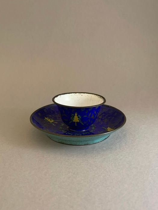 Cup, Saucer (2) - Canton enamel - Buddhist symbol  - A blue enamel ground 'basse-taille' cup and saucer - China - Jiaqing (1796-1820)