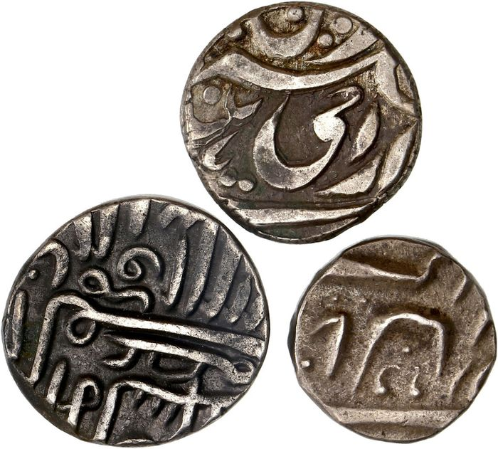 India - Lot comprising 3 silver coins, incl.: 1/2 Tanka, Giyaz ud din Muhammad II (AH 846-855) - Silver