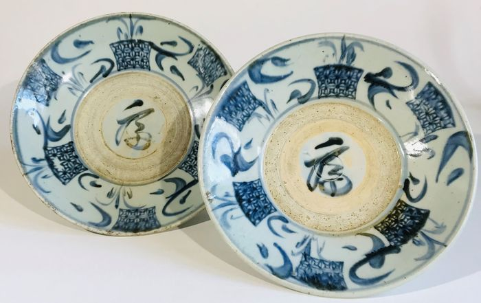 Plates (2) - Blue and white - Porcelain - Couple of provincial Ming Plates - China - Ming Dynasty (1368-1644)