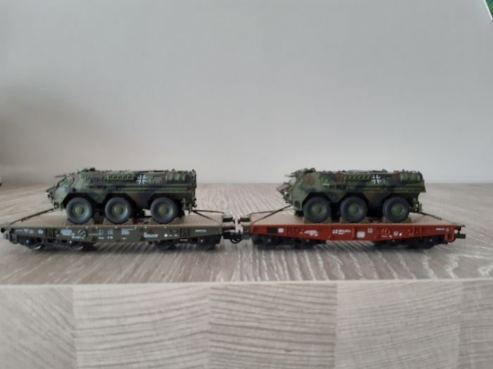 Roco H0 - 803 - Freight wagon set - mini tanks. 2x heavy transport carriage with armored car - DB