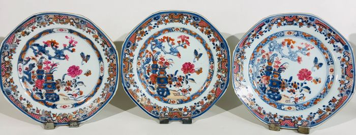 Plates (3) - Blue and white, Cobalt blue, Copper red - Porcelain - Set of three plates, 18th century - China - 18th century