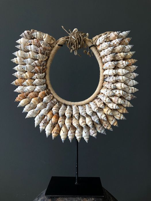 Decorative shell necklace on a custom stand - Iatmul-style - Shells, natural fibers - Indonesia
