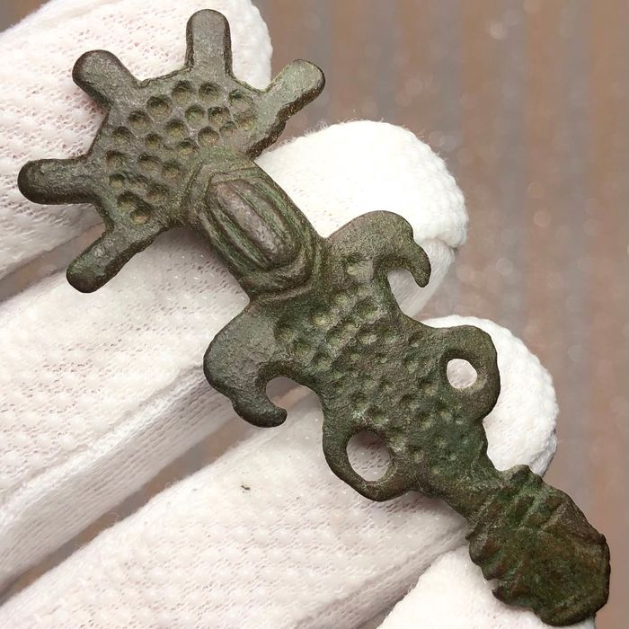 First Migration Period, Germanic Tribe Bronze Ostrogothic Zoomorphic Fibula, designed with a various Eagle Heads, Five Beams and Points
