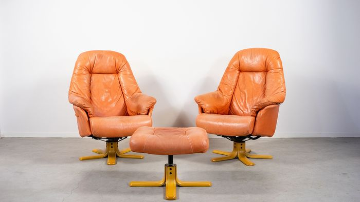 Set of two vintage 'Skalma' lounge armchairs with poef