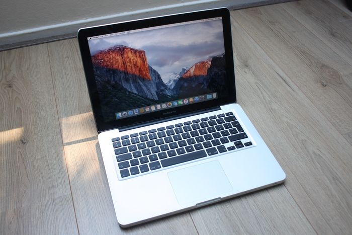 Apple MacBook Pro 13 inch (Mid 2009) - Intel Core2Duo 2.53Ghz, 4GB DDR3 RAM, 250GB HDD - With new charger