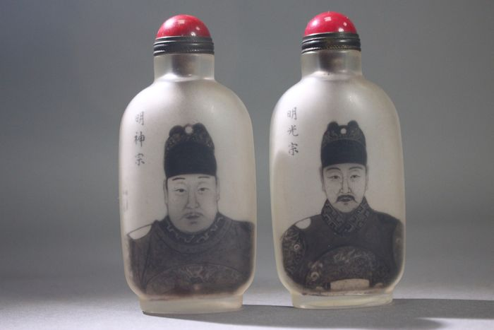 Botella de rapé - Vidrio - A pair of portraits of Ming emperors snuff bottles, in style of Ma Shaoxuan - China - Finales del siglo XX
