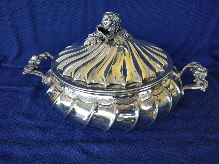 Tureen, extraordinary soup tureen (1) - .800 silver - Italy - Mid 20th century