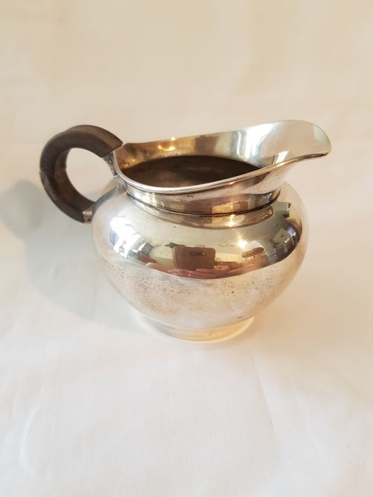 Heavy qualitative Dutch silver milk jug with wooden handle in good condition. (1) - .833 silver - Netherlands - Year letter Q = 1951