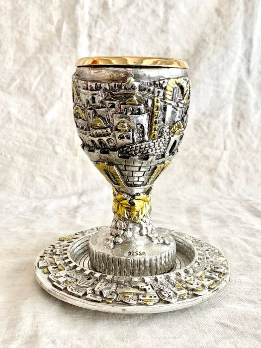 Judaica - A magnificent kiddish goblet + matching plate - Panorama of Jerusalem  - Silverplate - Israeli  artist  - Israel - Mid 20th century