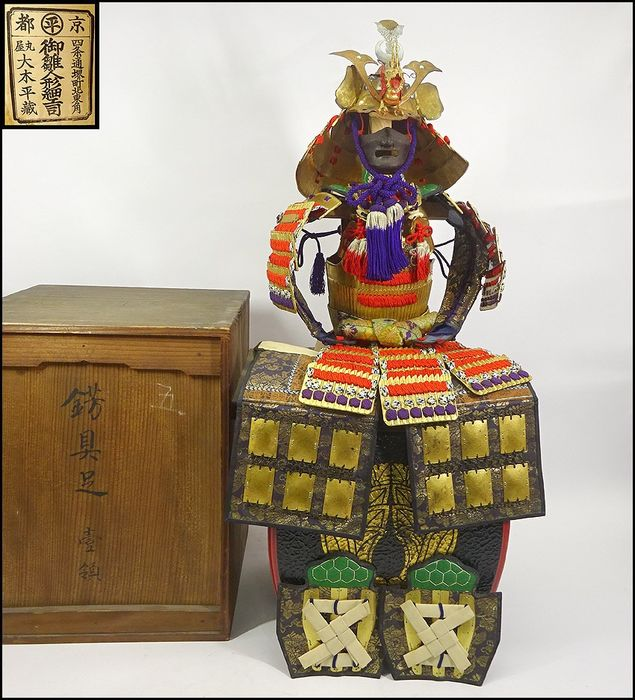 Puppe - Holz - Yoroi doll 鎧人形 with wood box from ca. 1960 - Japan - Mitte des 20. Jahrhunderts