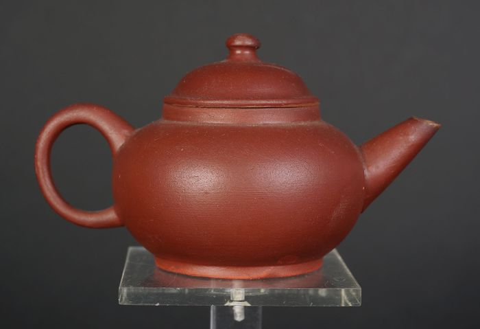 Antique Chinese yixing teapot with seal mark (1) - Yixing clay - China - Mid 20th century