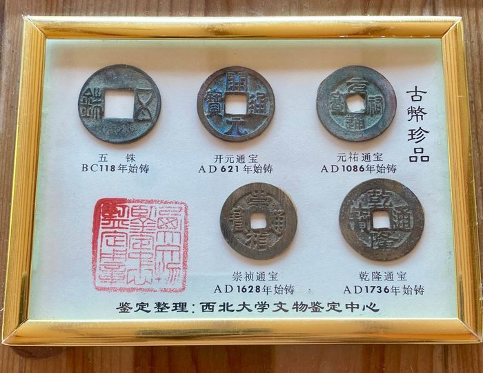 China - Collection comprising 5 AE cash coins - Han to Qing dynasty (118 BC-AD 1736)