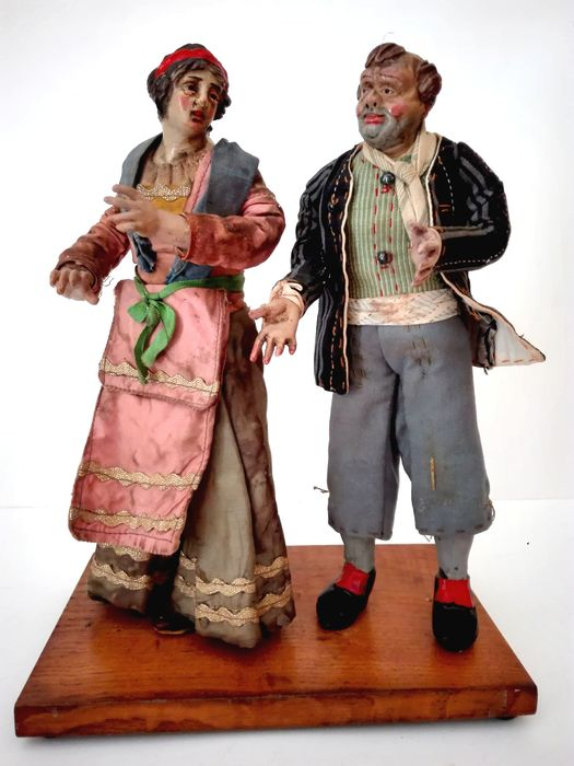 2 Neapolitan crib sculptures on a wooden base (2) - terracotta, cloth - Late 19th century