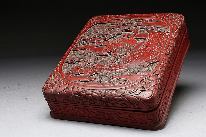 Tray (1) - Lacquer, Wood - Very fine pair of cranes among pine three, carved red lacqured tsuishu kamakura-bori box - Japan - late 19th / early 20th century
