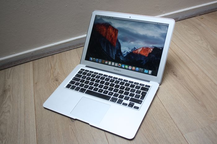 Apple MacBook Air 13 inch (Late 2010) - Intel Core2Duo 1.86Ghz, 2GB DDR3 RAM, 128GB SSD - with new charger