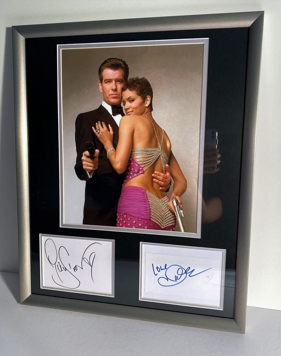 James Bond - Die Another Day - Pierce Brosnan (007)  & Bond girl Jinx (Halle Berry)  - Foto, Handtekening, 2 Signed cards with Coa, Framed   Framed, with COA