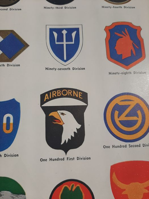 United States - Rare WW2 Guide of the US Insignia / Patches / Medals - Infantry - Airborne - by National Geographic - 1000 illustrations! - 1943