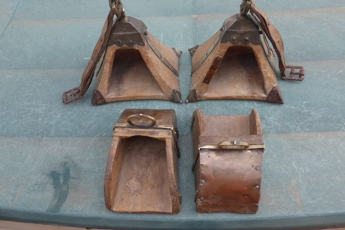 Stirrups (2) - Wood, Copper, Bronze - piramidal / de medio  cajón - South America