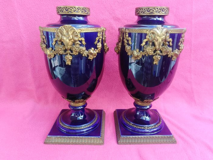 Pair of Urn Vases Cobalt blue and mounted - Lodewijk XVI-stijl