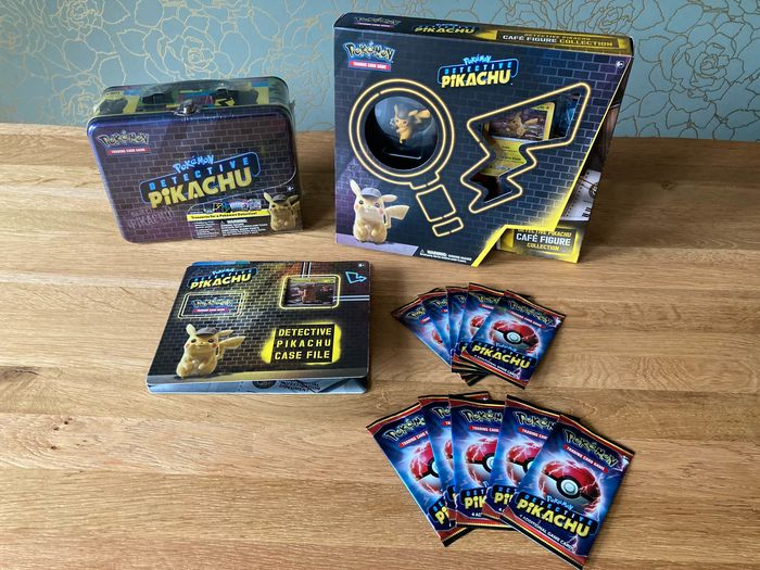 Pokémon - Collection of Detective Pikachu items (Collector Treasure Chest, Case File, Cafe Figure Collection) - 2019
