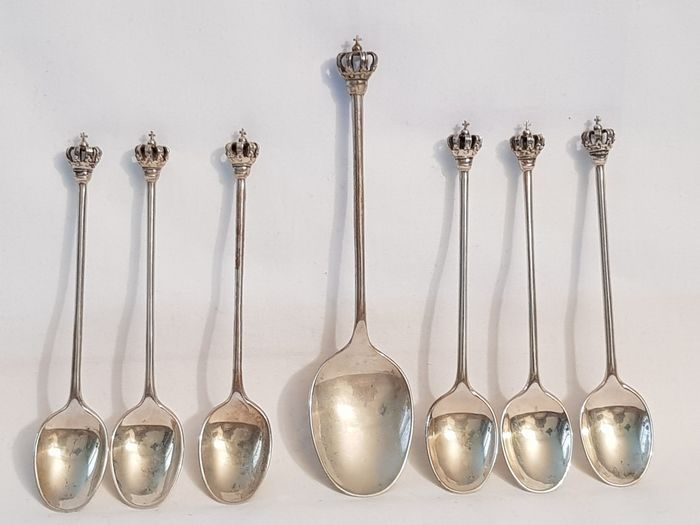 One silver sugar scoop and Six silver coffee or teaspoons with one crown as top (7) - .835 silver - Netherlands - 1977 manufactured