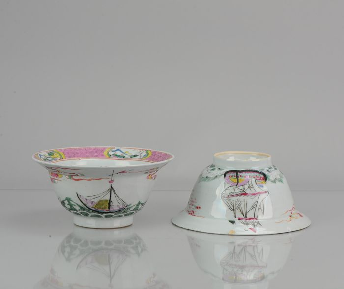 Cuenco - Porcelana -  Pair Klapmutsen Chinese 18th C Yongzheng Famille Rose Merchant Boats - China - siglo XVIII