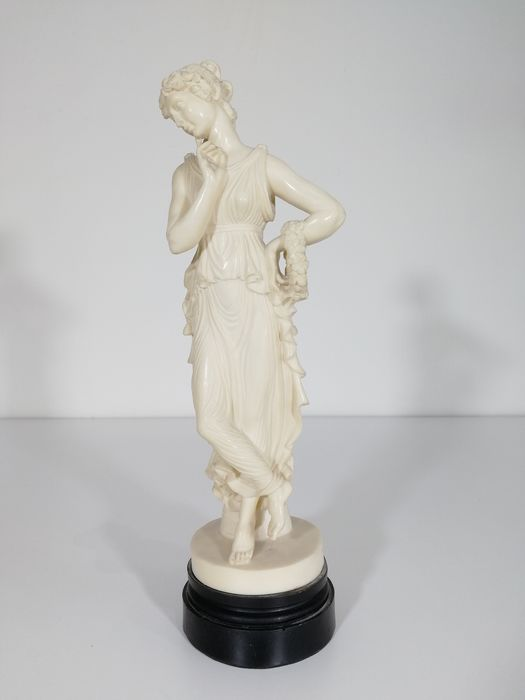 """Antonio Canova (After) - Sculpture reproducing """"Ballerina with finger on chin"""" - Marble powder"""