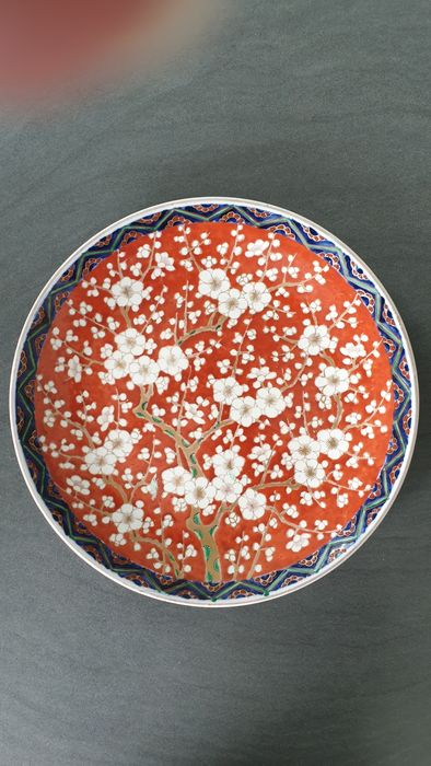 Teller - Keramik - Decorated with cherries in bloom over a red ground - Japan - Anfang des 20. Jahrhunderts