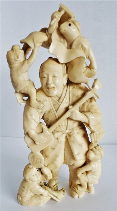 Okimono - Elfenbein - an unusual carving of an entertainer with different animals - Japan - Meiji Periode (1868-1912)