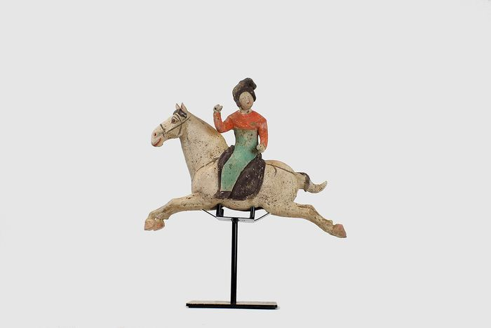 Mingqi - Terrakotta - Painted Red Pottery Female Polo Player Astride a Galloping Horse, TL tes - China - Tang Dynastie (618-907)