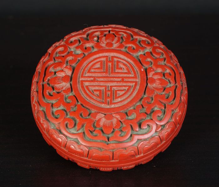 round lacquer box with flower decoration and shou character (1) - Cinnabar lacquer - China - Early 20th century