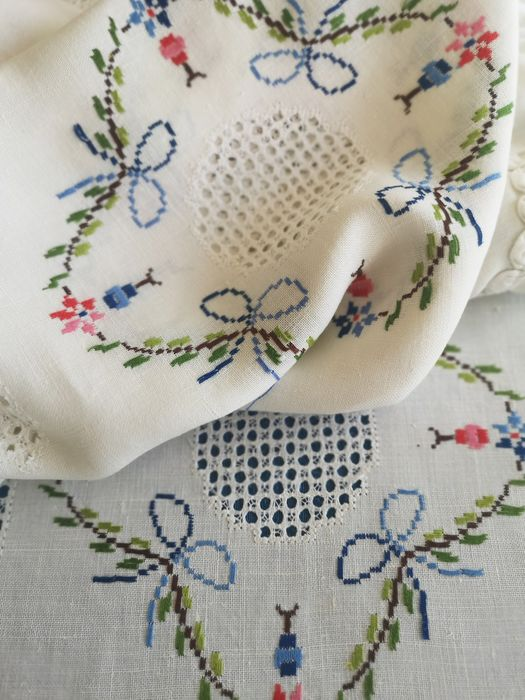 Pure linen quilt, flower embroidery and openwork by hand. - Linen - First half 20th century