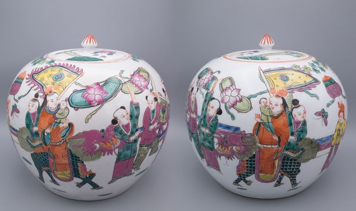Jars (2) - Famille rose - Porcelain - Large Pair of Mirrored Lidded Jars - China - Second half 20th century