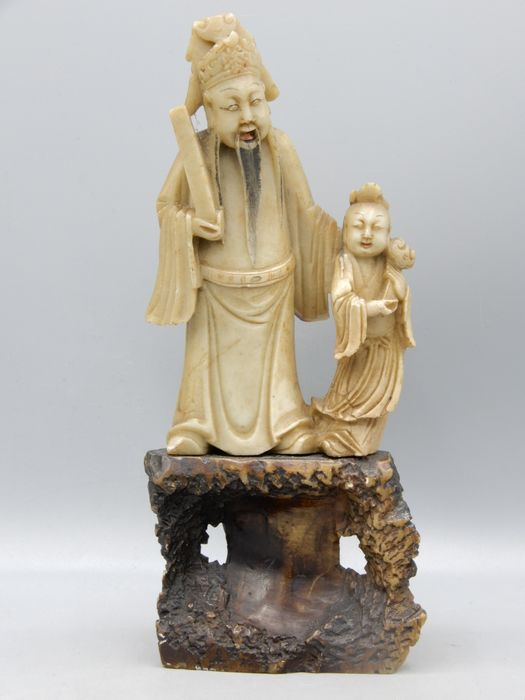 Skulptur - Speckstein - A finely carved group depicting Fu Xing and child - China - 19. Jahrhundert