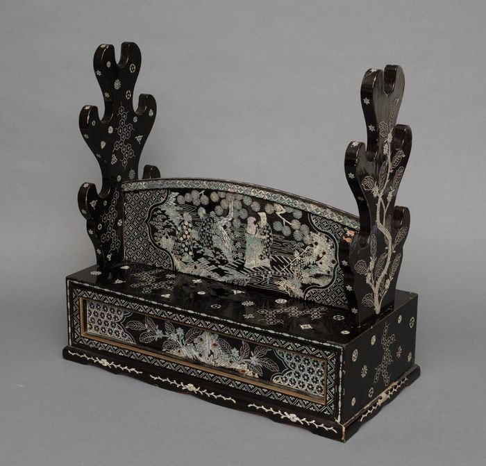 Katanakake - Lackiertes Holz, Perlmutt - Samurai - Black lacquered sword stand (katanakake) decorated with mother of pearl - Japan - Edo-Zeit (1600-1868)
