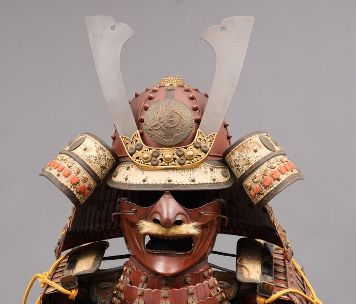Yoroi - lackiertes Metall - A red lacquered suit-of-armour (oyoroi) decorated with dragons - Japan - Taisho - Frühe Showa