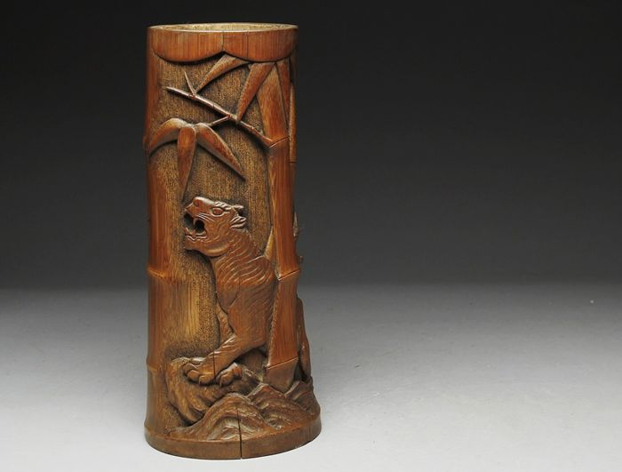Bambusblumengefäß - Bambus - Very fine carving tiger in bamboo wood - With signature 'Naomitsu Kazuhide tō' 尚光一秀刀 (carved by)  - Japan - Erste Hälfte des 20. Jahrhunderts