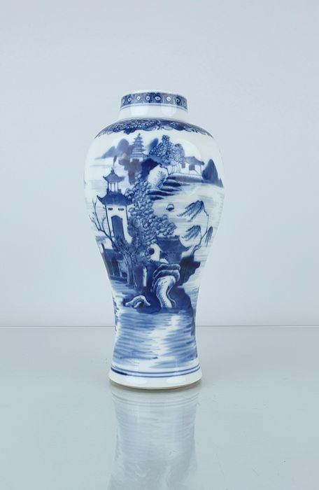 Vase (1) - Blau und weiß - Porzellan - Blumen, Landschaft, Fischer, Pagode - Very detailed large Qianlong vase with a decoration of a landscape , 18.7 cm - China - Qianlong (1736-1795)
