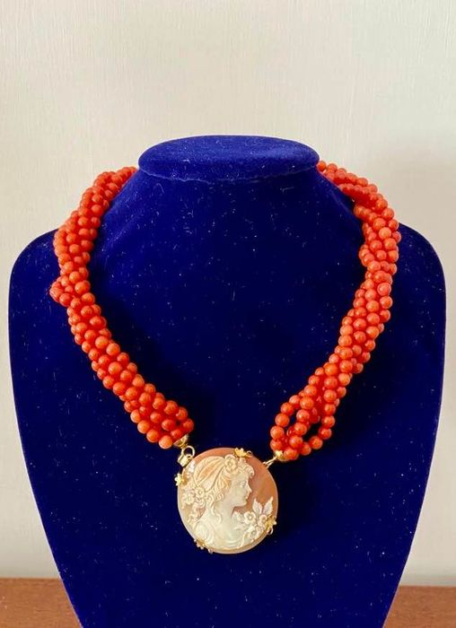18 kt. Yellow gold - Necklace with pendant Red Coral Cerasuolo di Sardegna - Hand-engraved cameo